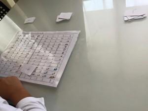 exercice reconnaissance des lettres arabes attachées à l'aide du sous main